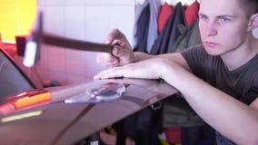 Retrait de r?paration de bosselure de Paintless Le robinet en bas des outils bossellent le corps automatique de marteau en caoutc clips vidéos