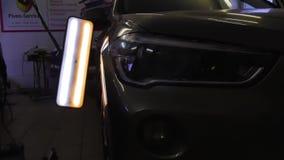 Retrait de r?paration de bosselure de Paintless Pdr L'automobile de machine avec une bosselure avant le travail des professionnel banque de vidéos