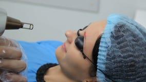 Retrait de tatouage de laser dans la clinique de la médecine esthétique banque de vidéos