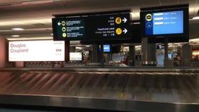 Retrait des bagages d'aéroport de YVR avec le bagage tournant autour le convoyeur banque de vidéos
