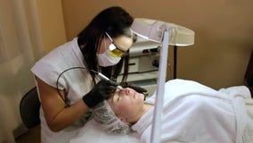 Retrait des vaisseaux sanguins sur le visage d'un laser de diode dans une clinique cosm?tique banque de vidéos