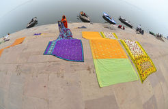 Retrait du voile de blanchisserie, Varanasi, Inde Photos stock