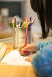 Retrait et écriture d'enfant photographie stock libre de droits