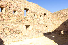 retranchez-vous avec des remparts et des murs des pierres rouges, rura de Villafames Photographie stock libre de droits