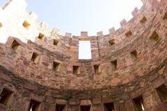 retranchez-vous avec des remparts et des murs des pierres rouges, rura de Villafames Image stock