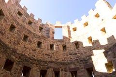 retranchez-vous avec des remparts et des murs des pierres rouges, rura de Villafames Images stock