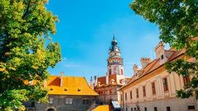 Retranchez-vous la tour et les vieux bâtiments dans Cesky Krumlov, tchèque photos libres de droits