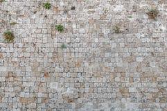 Retranchez-vous le cube antique en roche avec la surface de texture de modèle de mur de trou Photo libre de droits