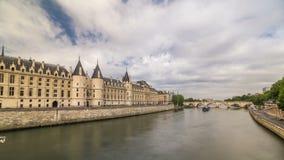Retranchez-vous le hyperlapse de timelapse de Conciergerie - anciens palais royal et prison Paris, France banque de vidéos
