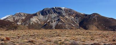 Retranchez-vous le panorama de montagne érodé par colline au printemps, le Nouvelle-Zélande Images stock
