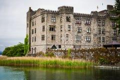 Retranchez-vous par le lac le jour pluvieux sombre, Irlande photos stock