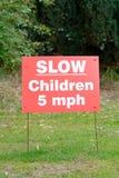 Retrase a 5 kilómetros por hora firman - a los niños presentes Imagen de archivo libre de regalías