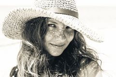 Retrato à moda bonito da jovem mulher com sombra do chapéu na cara Foto de Stock Royalty Free