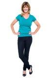 Retrato à moda da mulher ocasional na moda, pés cruzados Foto de Stock