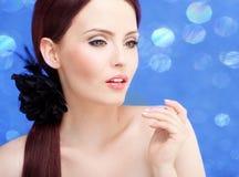 Retrato à moda de uma mulher impressionante imagens de stock royalty free