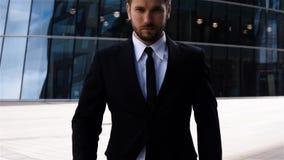 Retrato épico do homem de negócios sério bem sucedido perto do centro de negócio filme