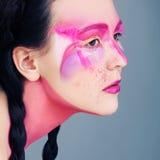 Retrato étnico del estilo Mujer con Art Makeup y las trenzas Imagenes de archivo