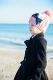 Retrato 8 años de la muchacha cerca del mar, vista lateral Imagen de archivo