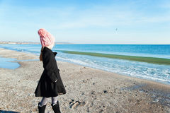 Retrato 8 años de la vista lateral de la muchacha que mira en el mar Fotografía de archivo libre de regalías