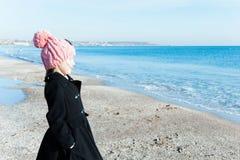 Retrato 8 años de la vista lateral de la muchacha que mira en el mar Imagen de archivo libre de regalías