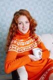 Retrato acogedor de la mujer en suéter caliente en la cama con la taza de t Foto de archivo libre de regalías