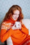Retrato acogedor de la mujer en suéter caliente en la cama con la taza de t Imagen de archivo libre de regalías