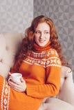 Retrato acogedor de la mujer en suéter caliente en la cama con la taza de t Imagenes de archivo