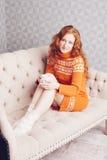 Retrato acogedor de la mujer en suéter caliente en la cama con la taza de t Fotografía de archivo libre de regalías