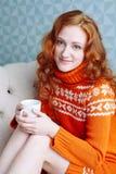 Retrato acogedor de la mujer en suéter caliente en la cama con la taza de t Fotografía de archivo