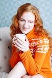 Retrato acogedor de la mujer en suéter caliente en la cama con la taza de t Imágenes de archivo libres de regalías