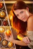 Retrato acogedor de la Navidad de la belleza sonriente Imagen de archivo libre de regalías