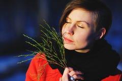 Retrato adiantado da mola da moça séria atrativa bonito com o lenço do calor do cabelo escuro e o revestimento vermelho que olham Fotos de Stock