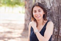 Retrato adolescente étnico joven hermoso de la muchacha afuera Foto de archivo libre de regalías