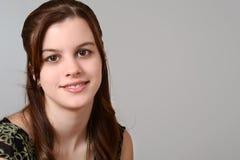 Retrato adolescente da menina no cinza Imagem de Stock