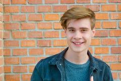 Retrato adolescente de la cara del muchacho que muestra la expresión de la felicidad w sonriente Imagen de archivo
