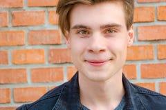 Retrato adolescente de la cara del muchacho que muestra la expresión de la sonrisa de la diversión y Fotos de archivo