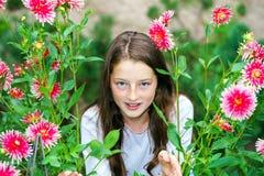 Retrato adolescente de la colegiala con las flores naturales Imágenes de archivo libres de regalías