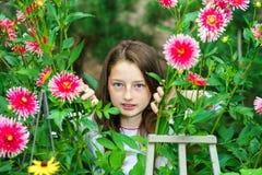 Retrato adolescente de la colegiala con las flores naturales Fotografía de archivo