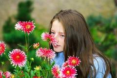 Retrato adolescente de la colegiala con las flores naturales Imagen de archivo