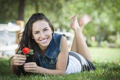 Retrato adolescente de la muchacha de la raza mixta atractiva que pone en hierba Fotografía de archivo