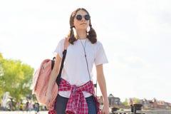 Retrato adolescente de la muchacha del estudiante con la mochila Fotos de archivo