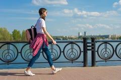 Retrato adolescente de la muchacha del estudiante con la mochila al aire libre en volver feliz sonriente de la calle a la escuela Imagenes de archivo