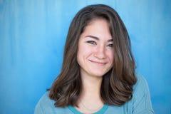 Retrato adolescente de la muchacha, sobre el fondo blanco Fotos de archivo libres de regalías