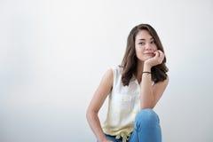 Retrato adolescente de la muchacha, sobre el fondo blanco Imágenes de archivo libres de regalías