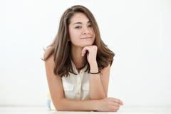 Retrato adolescente de la muchacha, sobre el fondo blanco Imagen de archivo