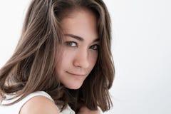 Retrato adolescente de la muchacha, sobre el fondo blanco Fotografía de archivo