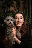 Retrato adolescente de la Navidad de la muchacha con el perro Fotografía de archivo libre de regalías
