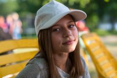 Retrato adolescente feliz lindo de la muchacha en casquillo al aire libre Fotos de archivo libres de regalías