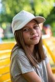Retrato adolescente feliz lindo de la muchacha en casquillo al aire libre Fotografía de archivo
