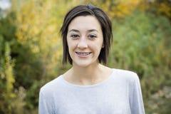 Retrato adolescente hispánico hermoso de la muchacha con los apoyos Imagen de archivo libre de regalías